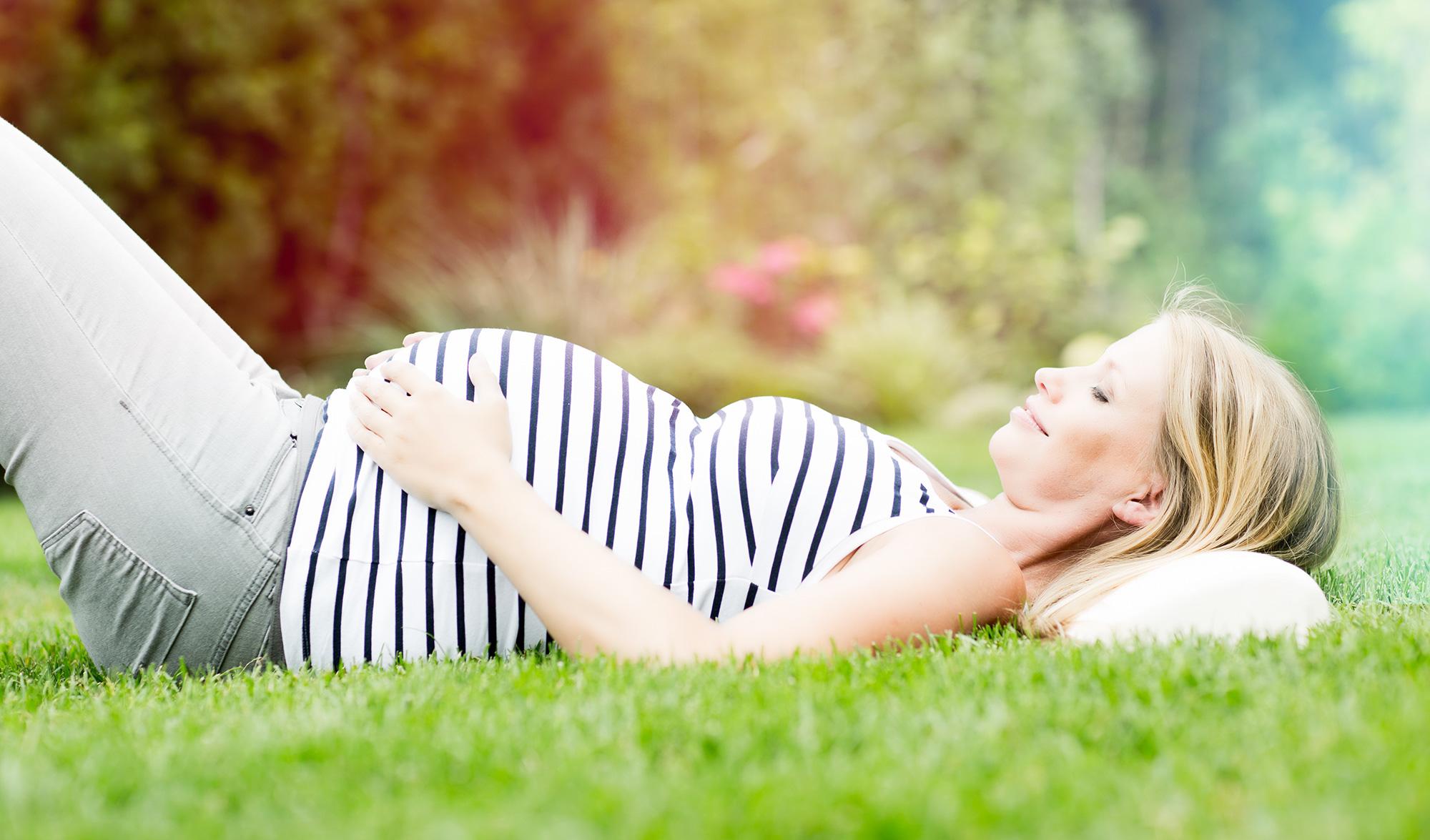 La Sophrologie est utilisée dans les situations de stress, anxiogènes liées à l'accouchement, et permet de mieux gérer son sommeil et d'accepter son nouveau corps. Durant la grossesse, sa pratique atténue également les nausées, les maux de tête, renforce le positif, permet d'être plus proche des sensations de son corps, de déceler le moindre mouvement de son enfant dans une totale harmonie et ainsi d'ouvrir le dialogue qui s'installe déjà avec son enfant.