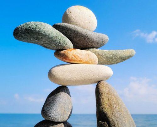 Associée à des techniques de relaxation, de respiration contrôlée, de visualisations et de suggestion mentale, la sophrologie s'adapte aux attentes et besoins de chacun ainsi qu'aux contraintes de tous les âges et offre des outils simples, efficaces et accessibles à tous